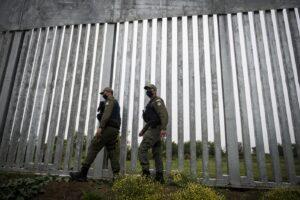 Muri e recinzioni, accoglienza europea sul modello Trump: 12 Paesi chiedono barriere contro i migranti