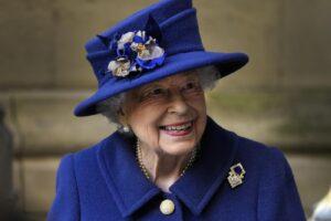Come sta la Regina Elisabetta: il ricovero per una notte ospedale fa suonare il campanello d'allarme