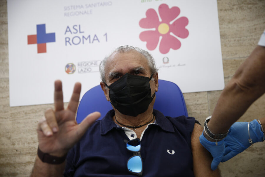 """Terza dose, via libera del Ministero: """"Vaccino agli over 60 e fragili di ogni età"""""""