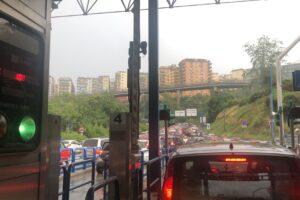 Caos traffico a Napoli, auto in fiamme e nubifragio: Vomero completamente bloccato